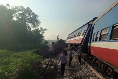 Chuyến tàu chở hơn 100 hành khách trật bánh khi vào ga