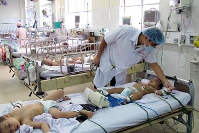 Bệnh viện quá tải kê giường bệnh ở hội trường để chữa sốt xuất huyết