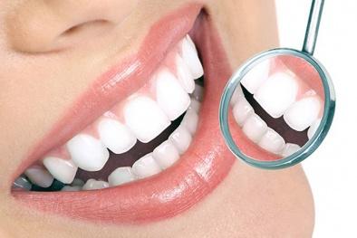 Tự ý dùng keo dán răng giả tại nhà nguy hiểm khó lường
