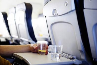 7 vật dụng trên máy bay còn bẩn hơn bồn cầu bạn đã biết?