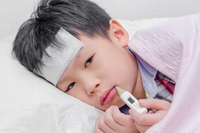 Trẻ sẽ có nguy cơ tử vong nếu mẹ xử lý kiểu này khi con sốt
