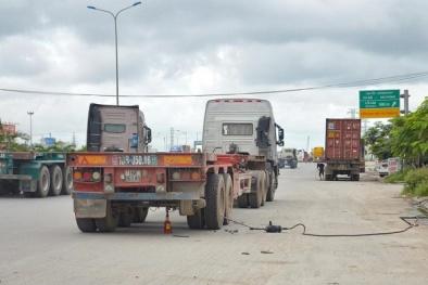 Cảnh báo giao thông: Dừng sửa ô tô trên đường coi chừng thần chết ghé thăm