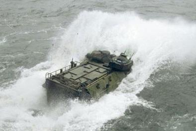 Không thể tin nổi xe bọc thép nặng gần 30 tấn 'biết bơi' chiếm bờ biển