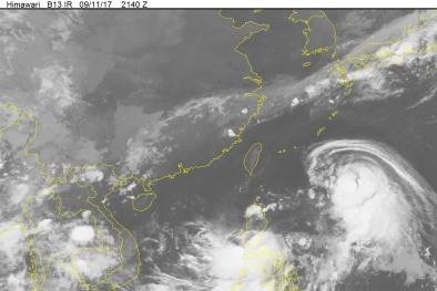 Siêu bão Talim kéo theo áp thấp nhiệt đới vào thẳng biển Đông
