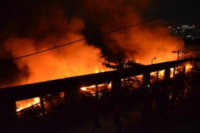 TP.HCM: Cháy dữ dội tại công ty dệt rộng hơn 1.500m2