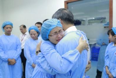 GS Nguyễn Anh Trí nghỉ hưu dòng người xếp hàng dài rơi nước mắt chia tay