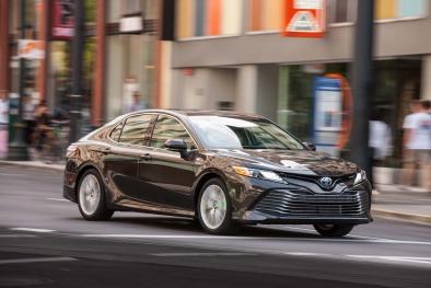 Toyota Camry giảm giá sốc, 'dọn đường' để bán phiên bản mới