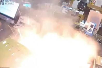 Kinh hoàng khoảnh khắc iPhone 6 Plus phát nổ ngay trên tay thợ sửa điện thoại