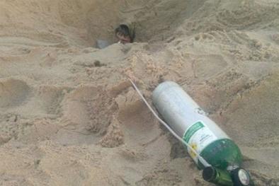 Bí ẩn hố cát 'ăn thịt người' xuất hiện khiến cho không ai dám tới gần