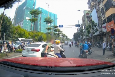 Video: Xôn xao đoạn clip anh Tây nhấc bổng xe máy vào vỉa hè vì dừng xe giữa đường dùng điện thoại