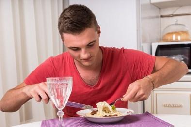 Ăn một mình, nam giới gặp những bệnh không ngờ