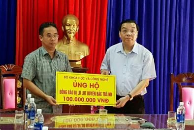 Bộ trưởng Chu Ngọc Anh tới vùng lũ thăm hỏi đồng bào