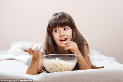 Trẻ em thường xuyên 'dán mắt' vào ti vi có nguy cơ béo phì cao