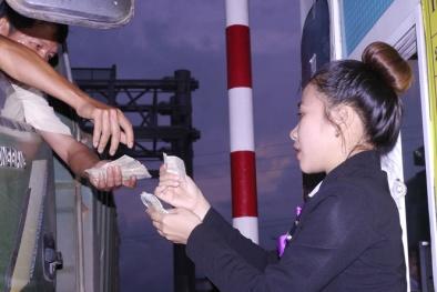 Tài xế lại dùng tiền lẻ mua vé qua trạm thu phí BOT Nam Bình Định