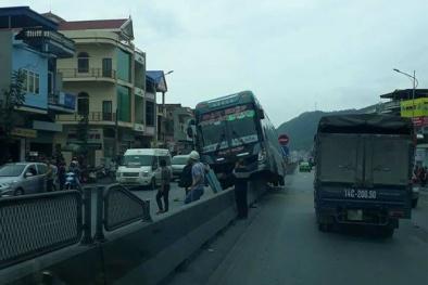 Quảng Ninh: Va chạm với xe máy, ô tô khách lao thẳng lên dải phân cách giữa đường
