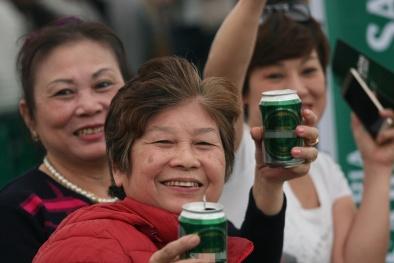 Hàng nghìn người dân Hà Nội mặc thời tiết giá lạnh vẫn cùng nhau uống bia thay nước