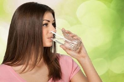 Chuyên gia y tế chứng minh uống 2 lít nước mỗi ngày là sai lầm