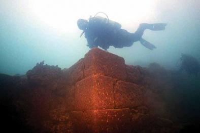 Kinh ngạc lâu đài 3.000 năm tuổi 'sừng sững' dưới đáy hồ
