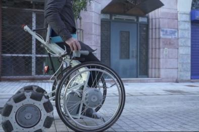 Chiếc xe lăn 'mơ ước' giúp người khuyết tật đứng dậy