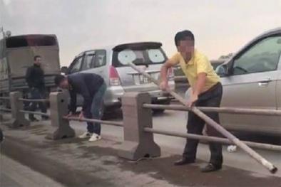 Yêu cầu xử lý nghiêm vụ tài xế tự ý tháo dải phân cách trên cầu Thanh Trì