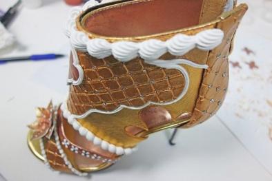 Ghen tị với cô gái may mắn được tặng đôi giày giá khủng 340 tỷ đồng