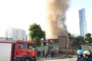 Cháy nổ lớn gần Tổng cục Hải quan, một người bị mắc kẹt