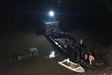 Ô tô rồ ga lùi thẳng xuống sông Hồng khiến 2 người tử vong