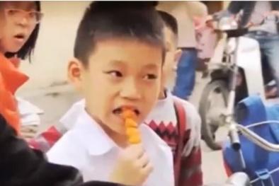 Đồ ăn vặt 'treo' trước cổng trường học là mối đe dọa lớn cho con bạn
