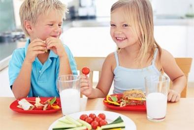 Cho con nhẹ tối đa 2 bữa một ngày nếu không muốn trẻ béo phì