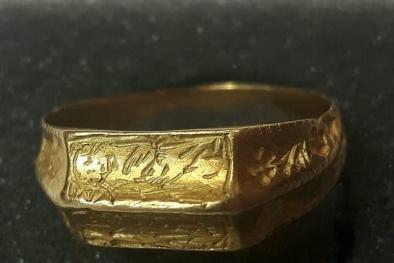 Tài xế xe tải 'choáng' khi đào được chiếc nhẫn vàng giá 300 triệu đồng