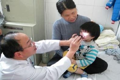 Liên tục có nhiều trẻ bị tai nạn ở mắt có nguy cơ mù lòa trong những ngày gần Tết