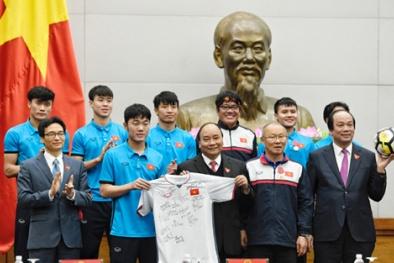 Tiết lộ danh tính đại gia Việt chi 20 tỷ mua áo và bóng U23 tặng Thủ tướng