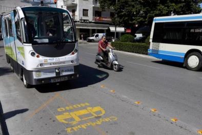 Mô hình thành phố thông minh với xe bus không người lái và hoa anh đào