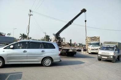 Quảng Ninh: Xe ô tô chở vịt bị lật nghiêng trên QL18 và hành động lạ của người dân