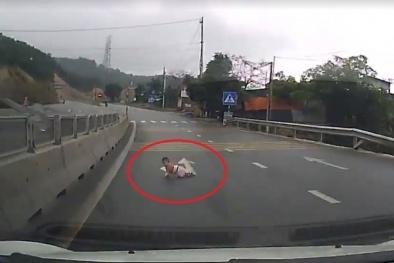 Rùng mình cảnh em bé bò qua đường quốc lộ trước mũi xe tải