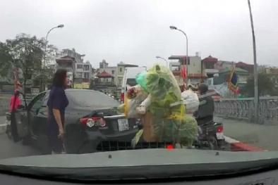 Nữ tài xế ô tô quay đầu xe gây ùn tắc còn 'nạt nộ' người đi xe máy