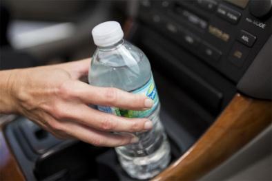 Nước đóng chai để lâu nơi nắng nóng: Nguy hại khó lường!