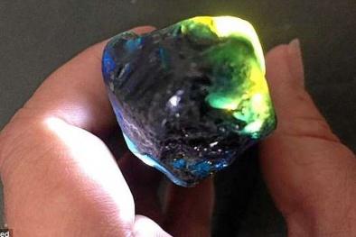Người đàn ông may mắn nhặt được đá sapphire trị giá 681 triệu đồng trong lúc đi dạo