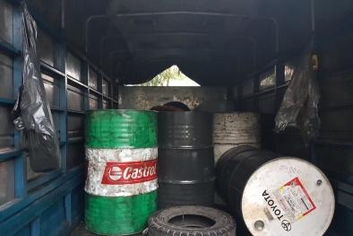 TP.HCM: Bắt quả tang xe ô tô tải chở 1,8 tấn dầu nhớt thải nguy hiểm