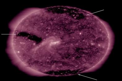 Ba lỗ nhỏ trên bề mặt Mặt Trời đã mở, Trái Đất sẽ phải đối mặt với điều gì?