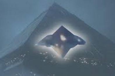 Vật thể nghi UFO kỳ lạ hình kim cương bay lượn trên bầu trời Hawaii