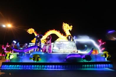 Choáng ngợp với 12 xe hoa lộng lẫy diễu hành đường phố Hạ Long
