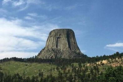 Điều kỳ lạ và bí mật thú vị của 'Tháp Quỷ' nổi tiếng của Mỹ