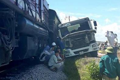 Nghệ An: Cố vượt qua đường ray, xe bồn bị tàu hất văng 10m