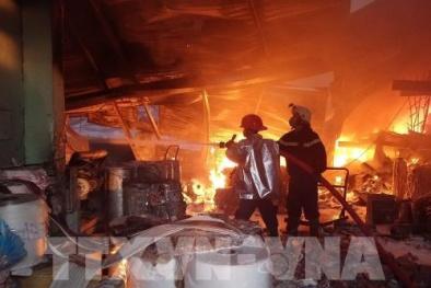 Cháy lớn ở TP.HCM: Chủ khóc ròng vì công ty bị thiêu rụi