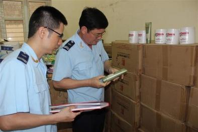 Quảng Ninh: Bắt giữ tàu 'không số' vận chuyển hơn 2000 lọ mỹ phẩm nhập lậu