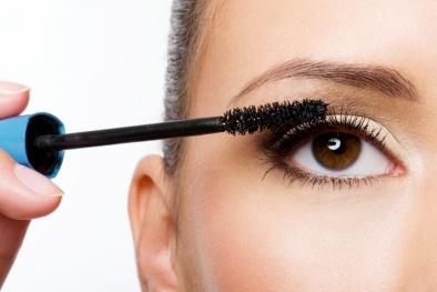 Không làm sạch mascara trước khi ngủ, một phụ nữ gần như bị mù