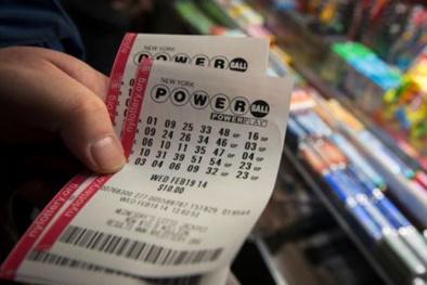 'Trung thành' mua vé số lẻ, thanh niên bất ngờ trúng 2 triệu USD