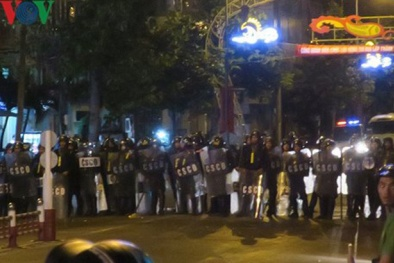Tụ tập quá khích ở Bình Thuận: Hàng trăm người tiếp tục ném đá, đốt xe cảnh sát trong đêm