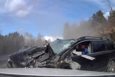 Xe SUV Volvo XC70 đâm trực diện xe tải ở tốc độ cao, tài xế sống sót đến khó tin